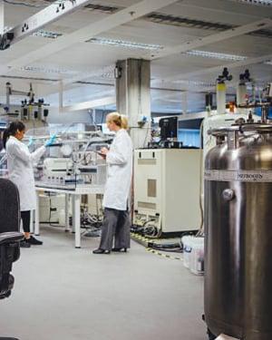 lab-with-dewar-300
